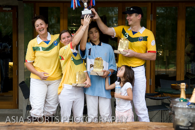 Khun Suzy lifts the trophy with the winning team -- but where are the balloons?