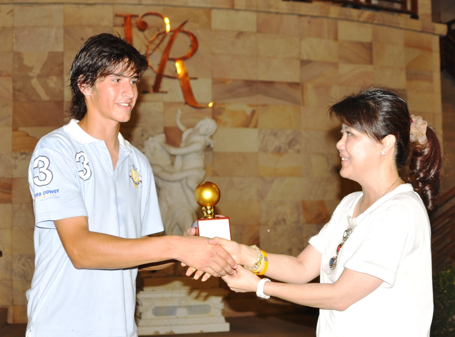 Khun Santy receiving the Golden Ball from Khun Tuk